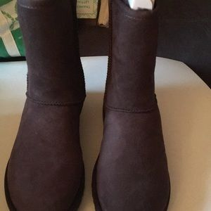 NIB ugg classic short boot in chocolate size 9
